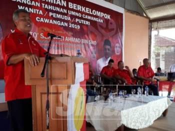Ahmad berucap merasmikan persidangan berkelompok UMNO Bahagian Dungun di Mayang Sari Resort, Dungun, semalam.