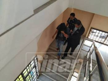 Tertuduh dibawa keluar dari kamar mahkamah.
