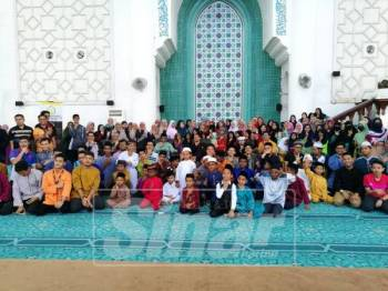 Abdul Rahman bersama para peserta yang menyertai Forum Pemuda Al-Fateh bersama Mufti Pahang di Masjid Negeri Sultan Ahmad 1, hari ini.