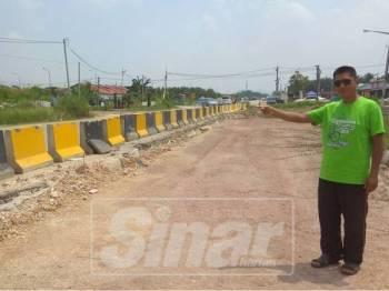 Ahmad Yani menunjukkan kawasan projek yang sudah ditambak dan diletakkan pengadang