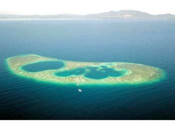Lubang Biru (Blue Hole) ditemui di Terumbu Tingkayu oleh sekumpulan penyelam skuba di Teluk Darvel. - Foto Bernama