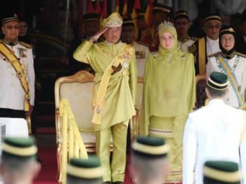 Yang di-Pertuan Agong Al-Sultan Abdullah Ri'ayatuddin Al-Mustafa Billah Shah berkenan memberi tabik hormat kepada Kawalan Kehormatan Utama sempena Istiadat Pembukaan Mesyuarat Penggal Kedua Parlimen Ke-14 di Dataran Parlimen hari ini. - Foto Bernama