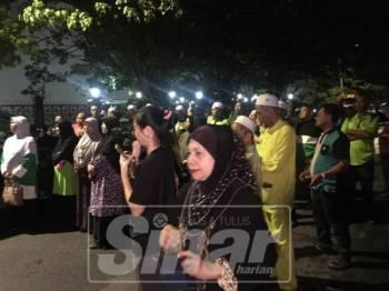 Lebih 200 penduduk setempat turut hadir dan berhimpun di hadapan Ibu Pejabat Polis Kontinjen Perlis di Kangar.