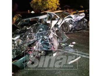 Kedua-dua kereta remuk dalam kemalangan maut di Jalan Simpang Kampung Pengkalan Perigi.