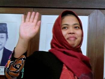 Siti Aisyah melambai kepada pemberita ketika sidang media setelah Mahkamah Tinggi hari ini melepas tanpa membebaskannya daripada pertuduhan membunuh abang kepada pemimpin Korea Utara, Kim Chol atau Kim Jong-nam. - Foto Bernama