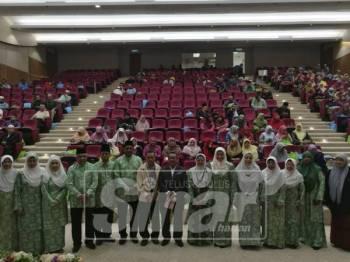Haris Kasim bergambar bersama pihak yang terlibat dalam Seminar Keibubapaan Mengenai LGBT bertajuk Keliru dan Kelabu bertempat di Auditorium Dahlia, Dewan Muzakarah dan Syarahan Islam, Masjid Negeri.