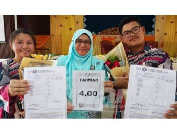 Hamidah (tengah) berbangga dengan pencapaian Osman dan Yee Wen yang memperoleh PNGK 4.00 dalam STPM 2018 yang diumumkan hari ini.