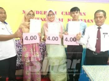 Saiful Azri (dua kanan) bersama dua rakannya serta pengetua sekolah,  Mohammad (kanan) serta Penolong Kanan Tingkatan 6, Fakaru Azhar.