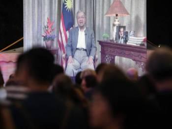 Video ucapan Perdana Menteri Tun Dr Mahathir Mohamad dipertontonkan kepada para tetamu pada makan malam sempena sidang kemuncak dunia mengenai seni dan budaya kali ke- 8 di Taman Botani Kuala Lumpur hari ini. Foto: Bernama