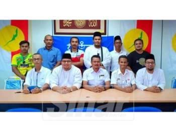 Mohd Hairi (duduk, tengah) ketika siri jelajah beliau ke bahagian Pemuda Johor di Mersing.