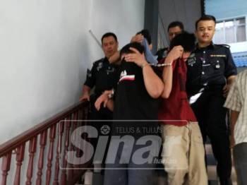 Ketiga-tiga tertuduh dibawa keluar dari Mahkamah Sesyen, di sini, hari ini, atas pertuduhan melakukan samun berkawan bersenjatakan parang.