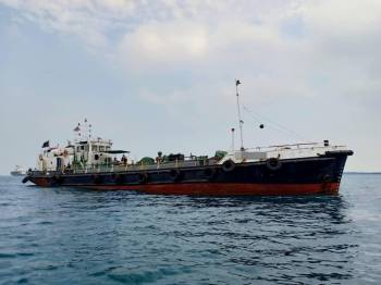 Kapal dagang asing tersebut dipercayai bersauh tanpa kebenaran di Tanjung Piai.