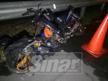 Keadaan motosikal mangsa setelah melanggar bahagian belakang sebuah lori yang berhenti di lorong kecemasan.
