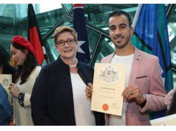 Hakeem (kanan) bergambar bersama Menteri Luar Negeri, Marise Payne dalam satu majlis di Melbourne, hari ini.