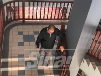 Hairudin menuruni tangga ketika keluar dari Mahkamah Khas SPRM, selepas didakwa terlibat dalam pengubahan wang haram, dua tahun lalu.