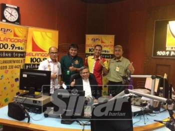 Emran (duduk) selepas diwawancara oleh radio Selangor.FM hari ini.