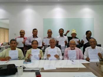 Hasan (depan, tengah) bersama NGO dan pejuang Bahasa Melayu menyatakan bantahan terhadap sistem PPSMI.