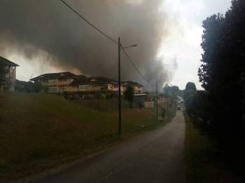 Gambar yang sempat dirakam penduduk menunjukkan keadaan asap tebal yang menyelubungi asrama SMK Bandar Tenggara 2 akibat pembakaran terbuka di tapak pelupusan sampah berhampiran.