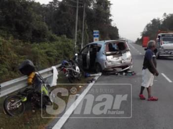 Kemalangan membabitkan sebuah kereta dan dua motosikal.