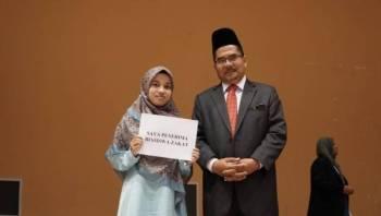 Syeikh Zakaria (kanan) bersama salah seorang pelajar menerima surat tawaran tajaan.