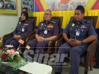 Mohammad Hamdan (tengah) pada sidang media di Ibu Pejabat JBPM Perak, hari ini.