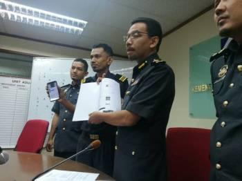 Azman Adam (dua, kanan) ketika dalam sidang media di ibu pejabat KPDNHEP Selangor di sini semalam.