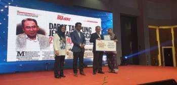 Azihan (kanan) menerima anugerah yang disampaikan oleh Mohd Azizi