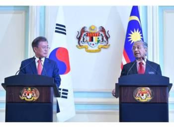 Tun Dr Mahathir (kanan) bersama Presiden Korea Selatan Moon Jae-in ketika sidang media di Perdana Putra hari ini. - Foto Bernama