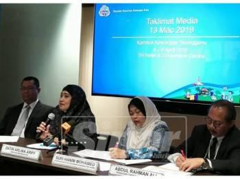 Arlina (dua, kiri) ketika sidang media berkaitan Karnival Kewangan Terengganu di sini, hari ini.