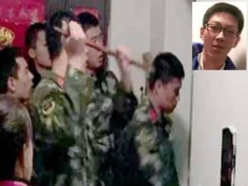 Anggota bomba berusaha menyelamatkan Sun Yixiao. (Gamabr kecil: Sun Yixiao)