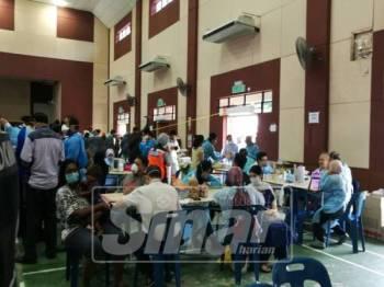 Suasana di Dewan Komuniti Taman Pasir Putih, Pasir Gudang sekitar jam 11 pagi.