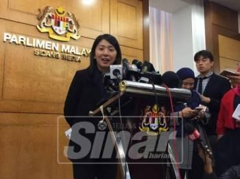 Sidang media Yeo Bee Yin di lobi Parlimen, hari ini. – Foto Sinar Harian