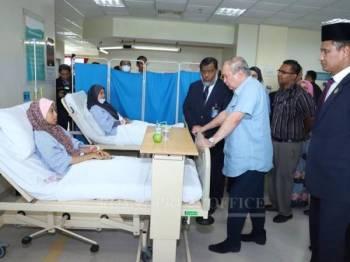Sultan Johor berkenan melawat mangsa di HSI. - Foto: Royal Press Office