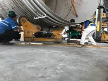 Pegawai Penyiasat JKKP menjalankan siasatan berhubung kejadian maut yang menimpa seorang pekerja kilang di Lahat, semalam.
