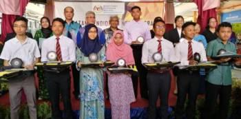 Mohd Rosli (belakang empat, kiri) bersama pelajar cemerlang SPM 2018.