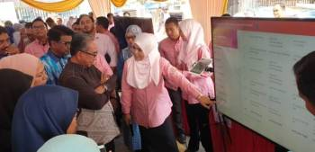 Datuk Bandar MBPJ, Datuk Mohd Azizi Mohd Zain mendengar penerangan sebelum majlis pelancaran berkenaan.