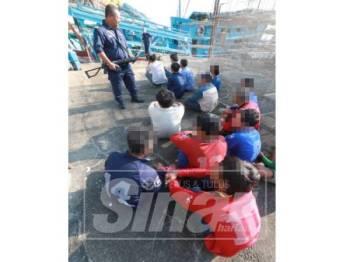 Sebahagian 21 nelayan Vietnam yang ditangkap ketika menangkap ikan tanpa lesen di perairan Pekan.