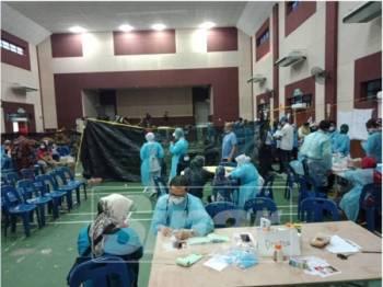Suasana di dalam Dewan Komuniti Taman Pasir Putih pada jam 7 malam di mana masih ada pesakit yang sedang disaring.