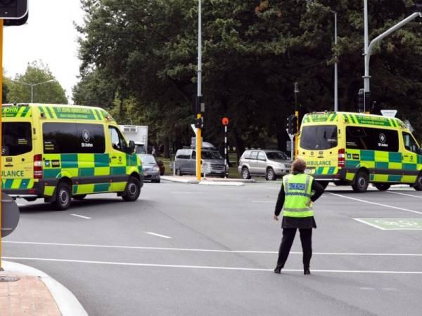 Ambulans bergegas ke lokasi kejadian di bandar Christchurch. - Foto AFP