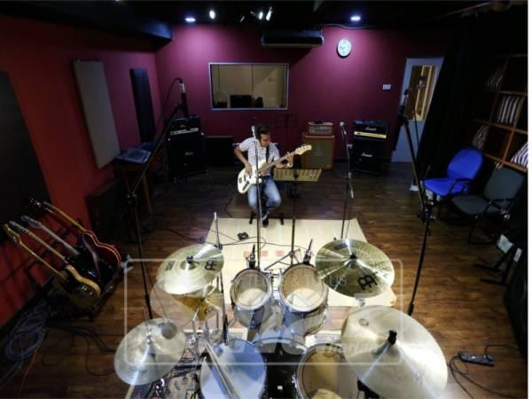 STUDIO Sarang Suara memiliki hampir semua instrumen muzik.