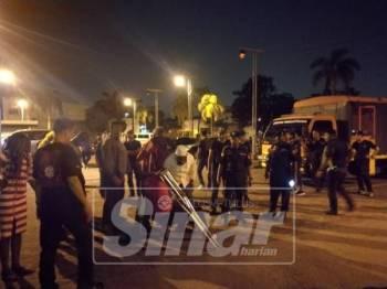 Kesemua warga asing ditahan untuk tindakan lanjut.