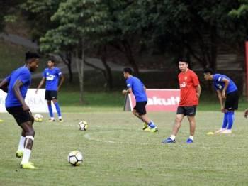 Tan Cheng Hoe giat memantau sesi latihan para pemain bolasepak yang akan menghadapi Kejohanan Piala Airmarine yang akan berlangsung pada 20 hingga 23 Mac ini di padang Majlis Sukan Negara (MSN) Bukit Jalil semalam. Foto: Bernama