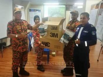 Sebahagian sumbangan yang diberikan kepada petugas yang mengendalikan pencemaran kimia di Pasir Gudang. -Foto: Ihsan Facebook Sultan Ibrahim Sultan Iskandar