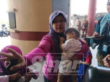 Saloma ketika diajukan soalan oleh media, namun dia tergesa-gesa ke klinik bagi mendapatkan rawatan untuk anak kecilnya.