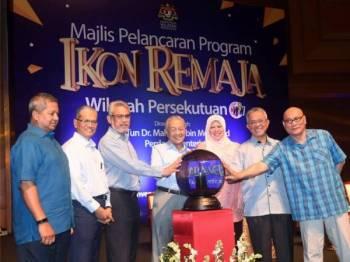 Perdana Menteri Tun Dr Mahathir Mohamad (tengah) menyempurnakan pelancaran Program Ikon Remaja Wilayah Persekutuan di Pusat Konvensyen Antarabangsa Putrajaya hari ini. Turut hadir, Menteri Wilayah Persekutuan Khalid Abd Samad (tiga, kiri) dan Menteri Pembangunan Luar Bandar Datuk Seri Rina Harun (tiga, kanan).- Foto Bernama