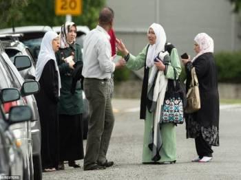 Sebahagian komuniti Islam di lokasi kejadian, semalam. - Foto Reuters