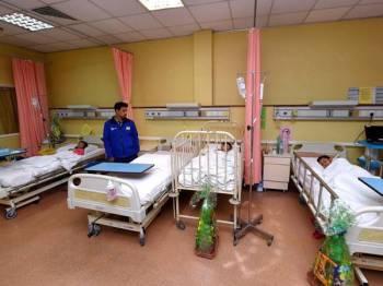 Azwan Che Baharudin, 37, (dua, kiri) menemani anaknya Nur Anis Najiha, 10, (kiri) serta dua lagi Muhammad Darwisy, 4, (dua, kanan) dan Muhammad Ikhwan Danial, 7, (kanan) yang mendapatkan rawatan terkesan akibat pecemaran sisa kimia di Sungai Kim Kim Pasir Gudang ketika ditemui di Kompleks Rawatan Harian Hospital Sultanah Nur Zahirah (HSNZ) hari ini. - Foto Bernama