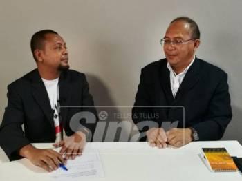Zulkifly (kanan) ketika diwawancara, semalam.