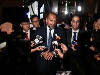 Gobind Singh Deo (dua, kanan) menjawab pertanyaan media selepas merasmikan Kongres Dunia Mengenai Teknologi Maklumat Pada 2020 hari ini. - Foto Bernama