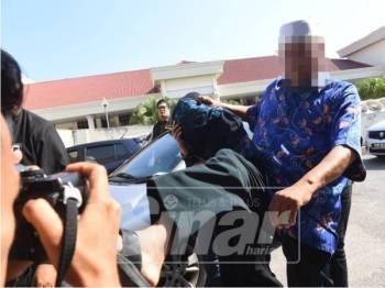 Seorang warga emas cuba menghalang pengamal media merakamkan gambar ketika liputan di pekarangan Kompleks Mahkamah Alor Setar.